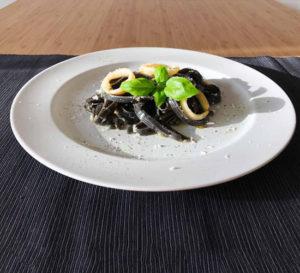 kalmary z czarnym makaronem przepis recipe pasta with squid ring