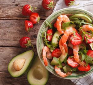truskawki, awokado, krewetki w misce przepis sałatka krewetki z truskawkami strawberries recipe shrimp strawberries salad